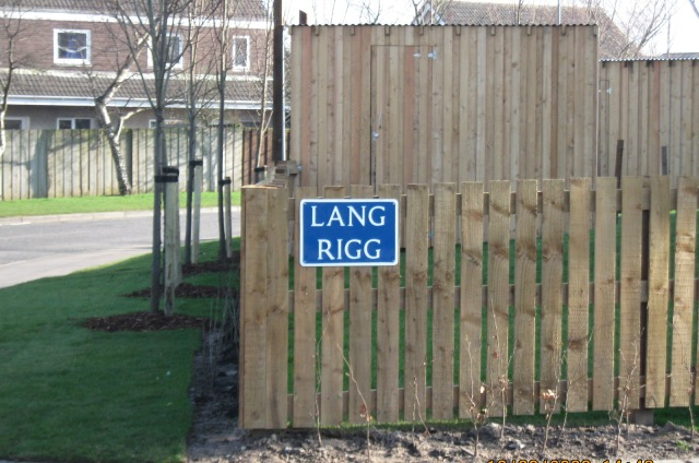 Lang Rigg - new street name plates in South Queensferry are blue with white lettering